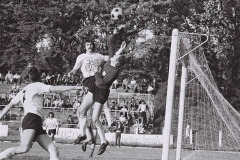 Detalj sa utakmice Spartaka sredinom 70-tih, Danilo Perduv pred golom gostiju, u pozadini Vinko Ilovac