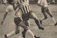 Slobodan Bracanović, bek subotičana, u duelu sa Ilijom Petkovićem OFK Beograd.