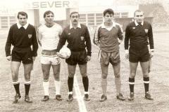 Spartak - Dinamo Vinkovci sredinom 80-tih, kapiteni Živko Slijepčević i Stevo Bogdan, sudije Jozo Mandić (Zenica), Radović (Beograd) i Asim Kulenović (Bosanska Dubica).